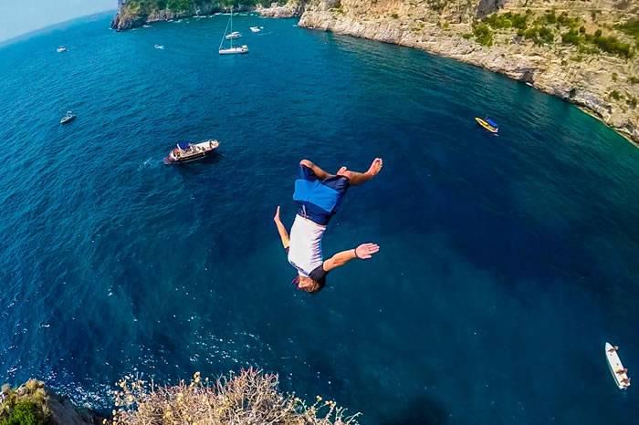视频:意大悬崖极限跳水 郭晶晶估计都不敢