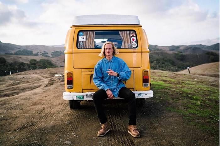 他开着一辆1976大众面包车 在全球寻找灵感