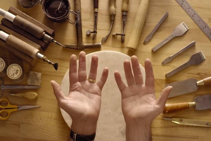 视频:如何亲手做一个手工皮革卡包