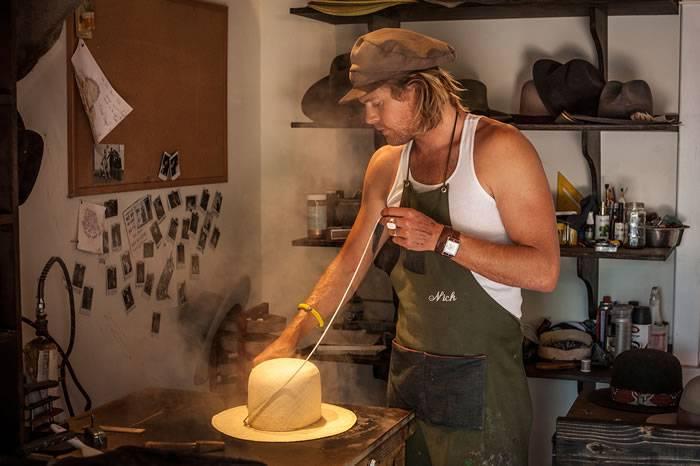 大明星指定帽子设计师 用火焰打造每款价值1000美金的礼帽