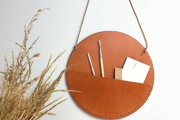 这个手工皮革挂件不仅可以存放各种杂物 还是墙壁上的绝佳装饰物