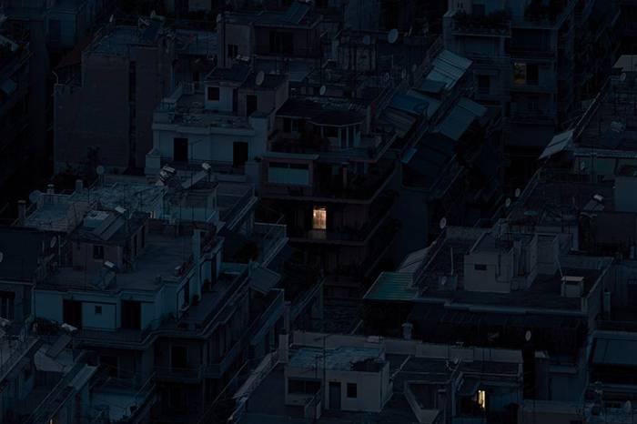 希腊摄影作品《ALONE TOGETHER》城市虽然孤单却并不孤独