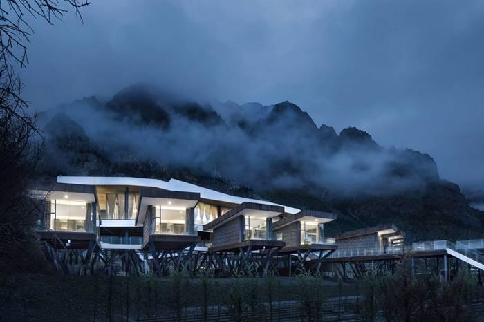 建筑师在西藏然乌湖造了一处国际自驾与房车营地,美翻了!