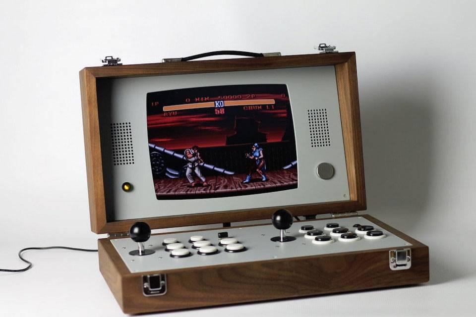 这款便携式双人游戏机,瞬间带你回到复古的街机年代