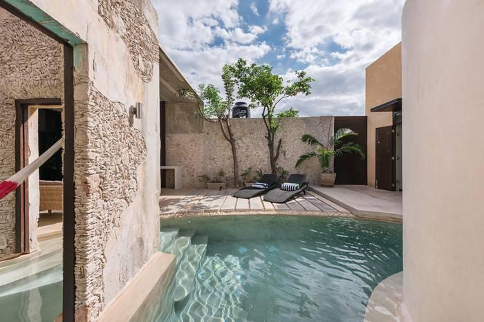 这位建筑师不惜挖空两栋房间,只为打造墨西哥最美泳池住宅