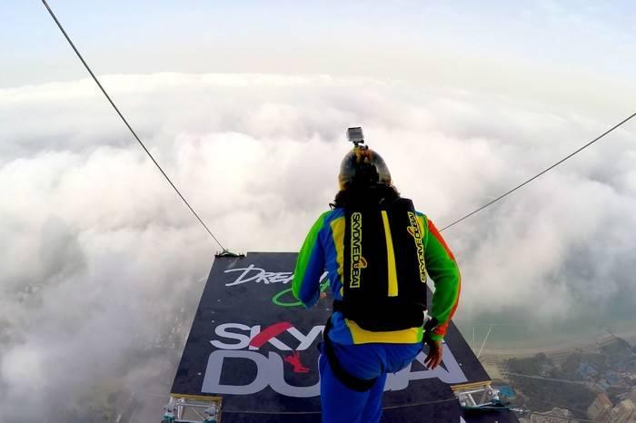 自由速降的最强体验,这群人每天都在迪拜疯狂的跳楼