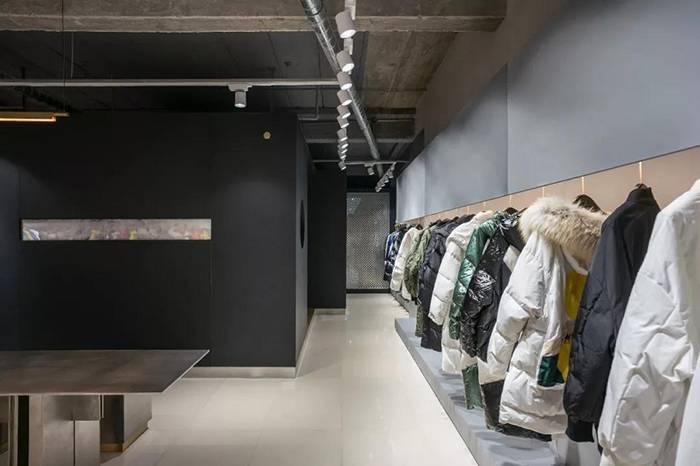 干净极简的羽绒服店铺,充满神秘感的暗黑风格