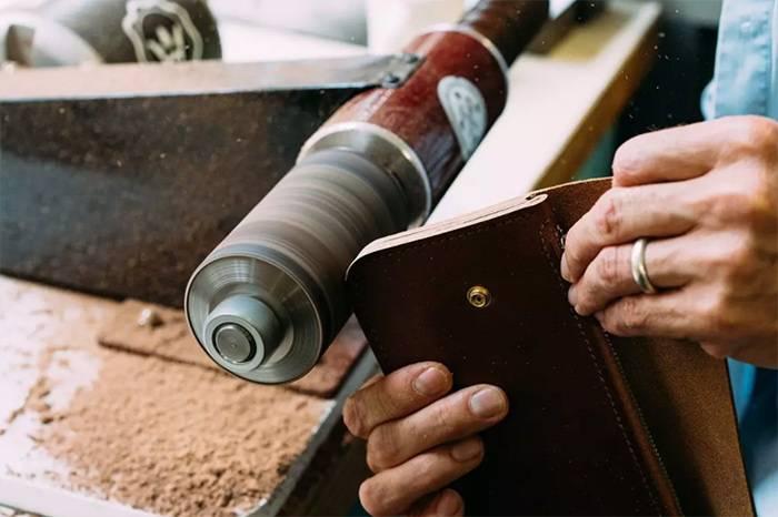 由美国兄弟档创立的皮具品牌Billy Kirk,始终坚持手工制作