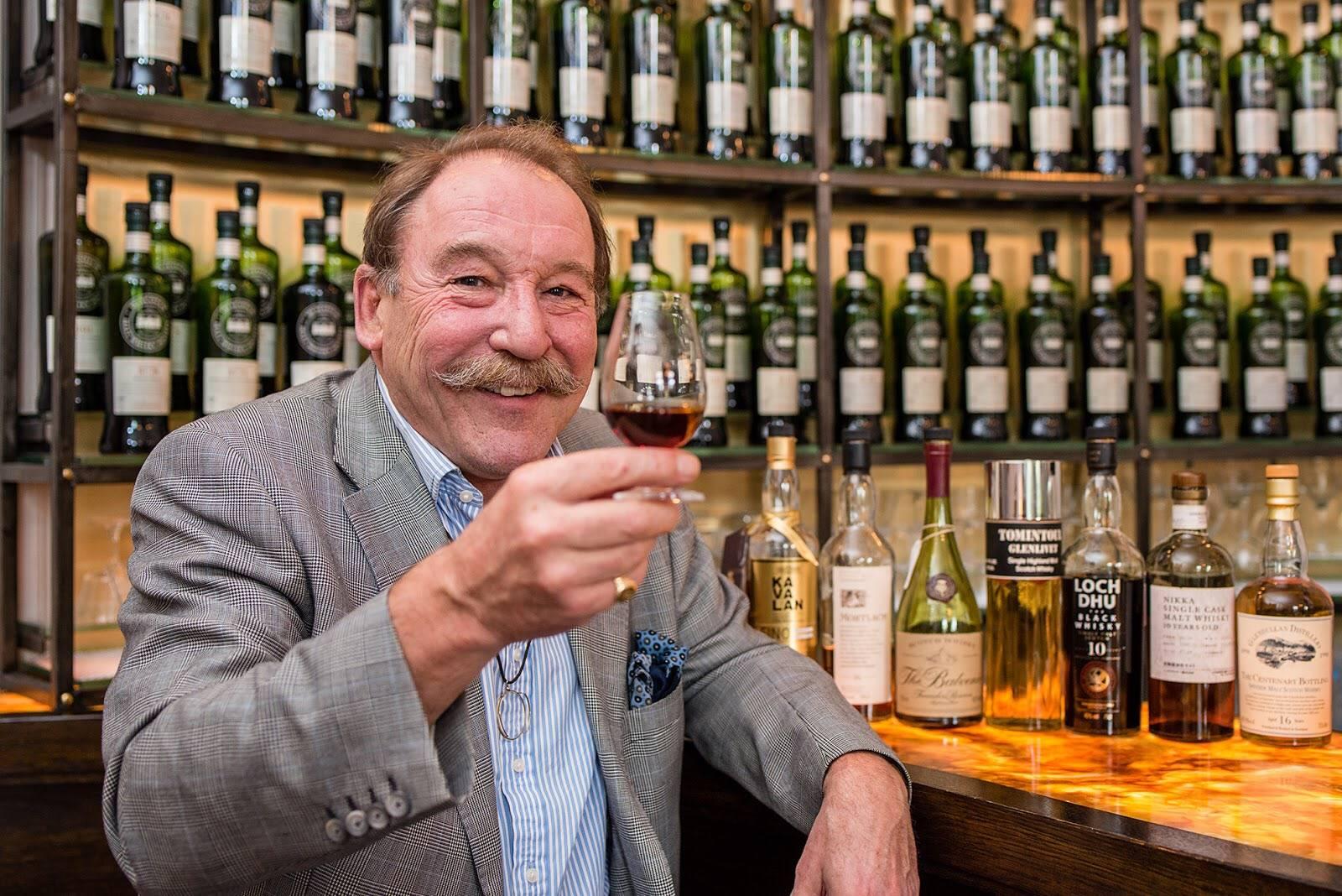 威士忌教父Charles MacLean,喝过最难忘的酒竟是180块的黑方