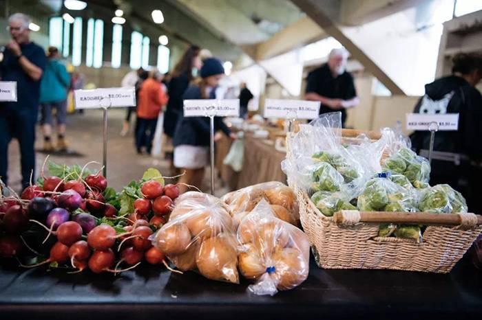 在新西兰的菜市场挑选食材,做一道古老的农夫料理