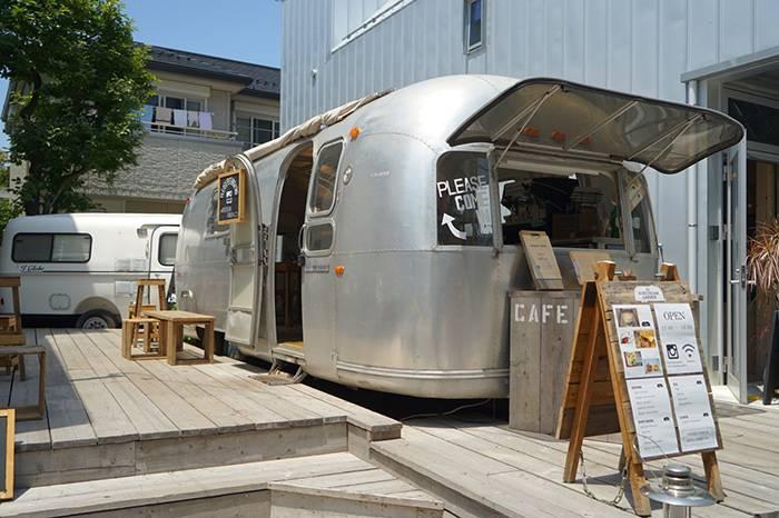 日本的旅行咖啡车,假装在城市里露营