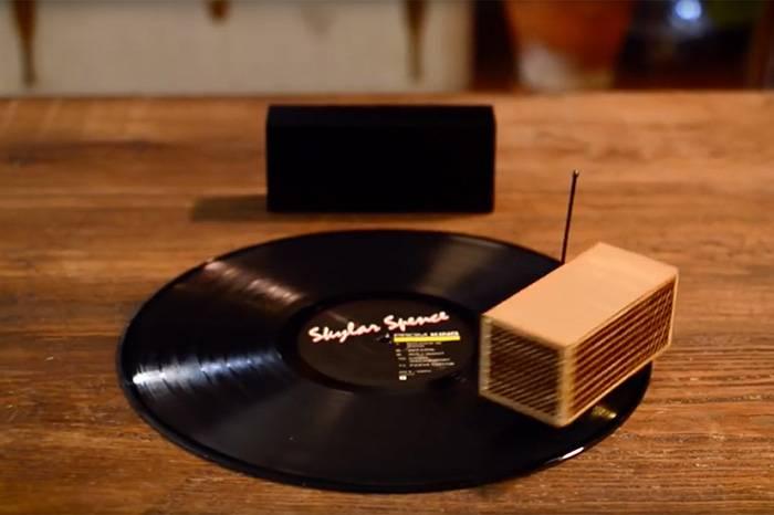 这个唱片上跑火车的小盒子,让你在户外野餐时也能轻松听黑胶
