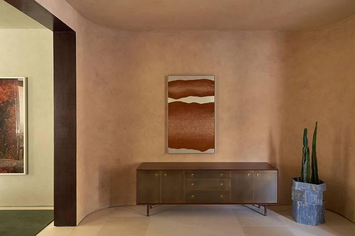 手工制作的实木家具结合不锈钢尽显前卫摩登风格