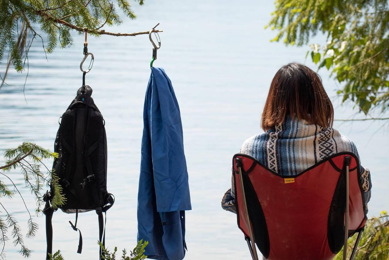 随时随地悬挂行李,这款带钩登山扣为你解决物品无处可放的难题