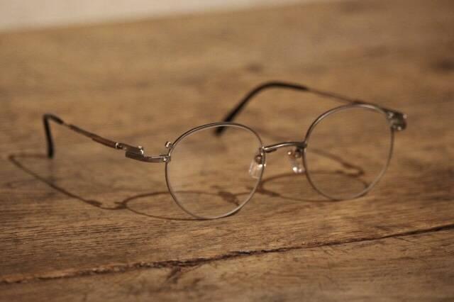 如何为自己挑选一款高品质感的优雅男士眼镜?