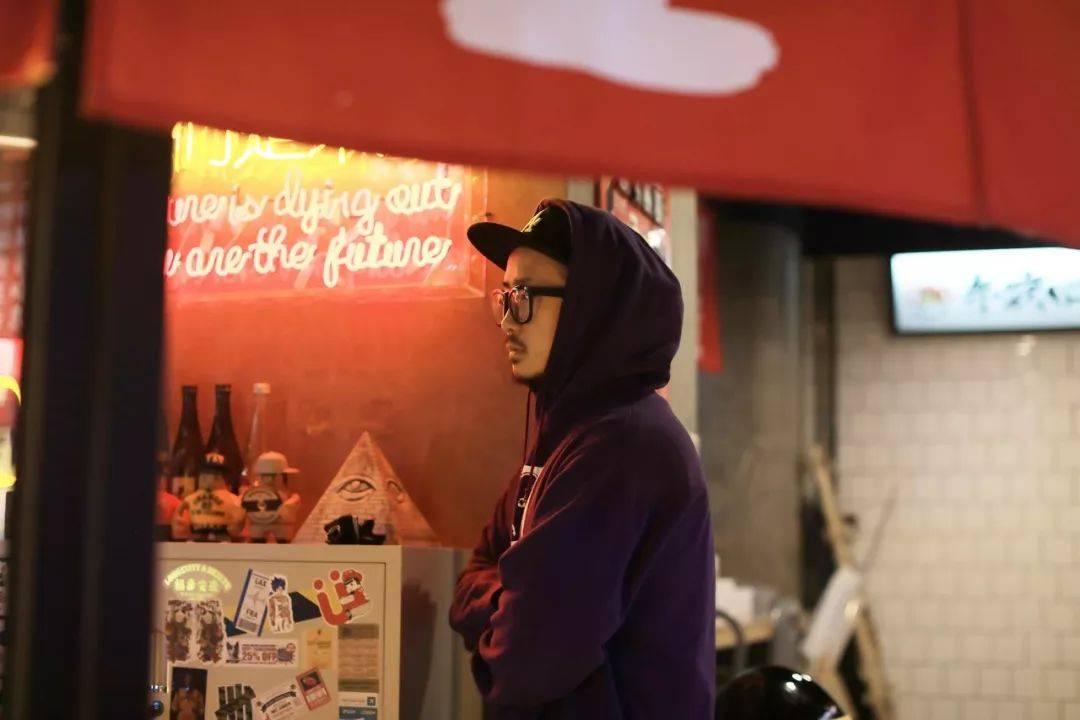 登门拜访vlog:潮玩设计师跨界开餐厅捎带着拯救孤独的年轻人