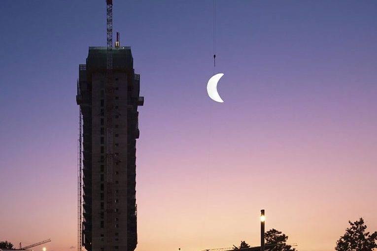 """在马德里北部上空,缓缓升起一轮璀璨""""上弦月"""""""