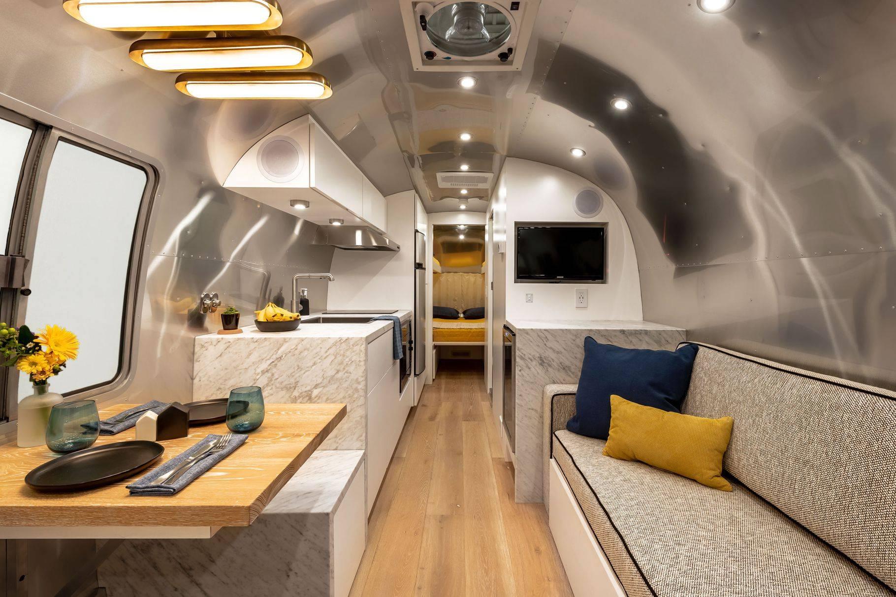 这辆特别定制的Airstream,是度假胜地,也是车轮上的别致公寓