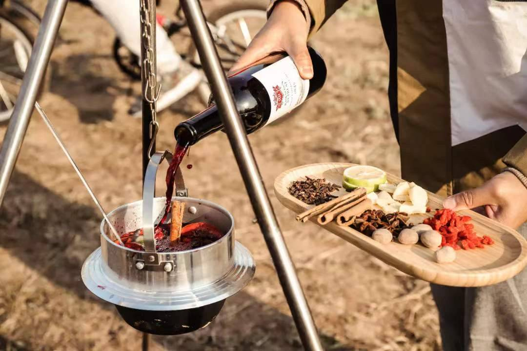 欣赏音乐、品尝美酒、住豪华帐篷 这是最舒适的露营生活