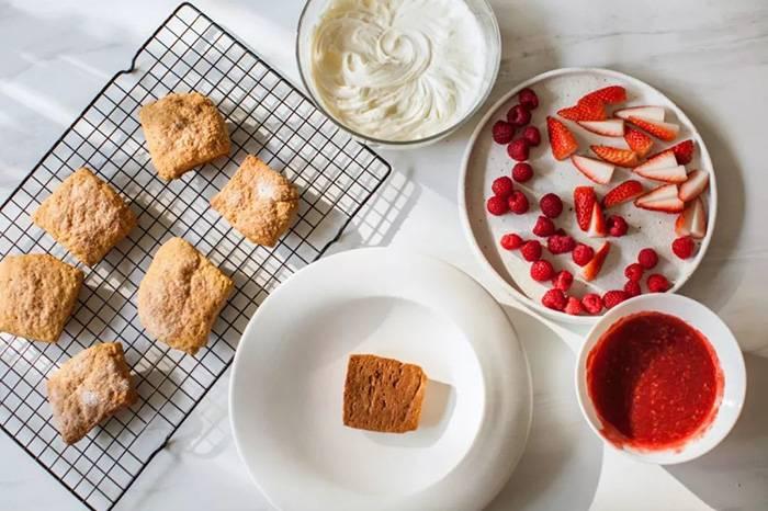 爱吃草莓的你会喜欢这道圣诞限定小甜品吗?