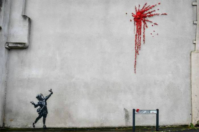 街头涂鸦艺术家Banksy在家乡的墙壁上绘制情人节作品