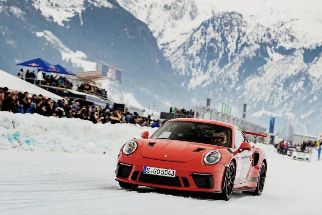 当我们在滑雪时,保时捷举办的冰雪拉力赛却滑起了人和跑车