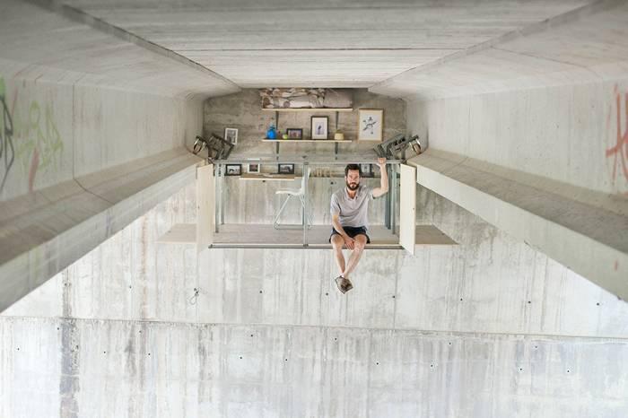 西班牙小哥在一座桥下自制了一个悬挂工作室