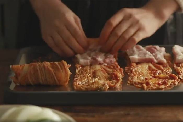 家庭厨房:韩式料理 泡菜卷五花肉视频制作教学