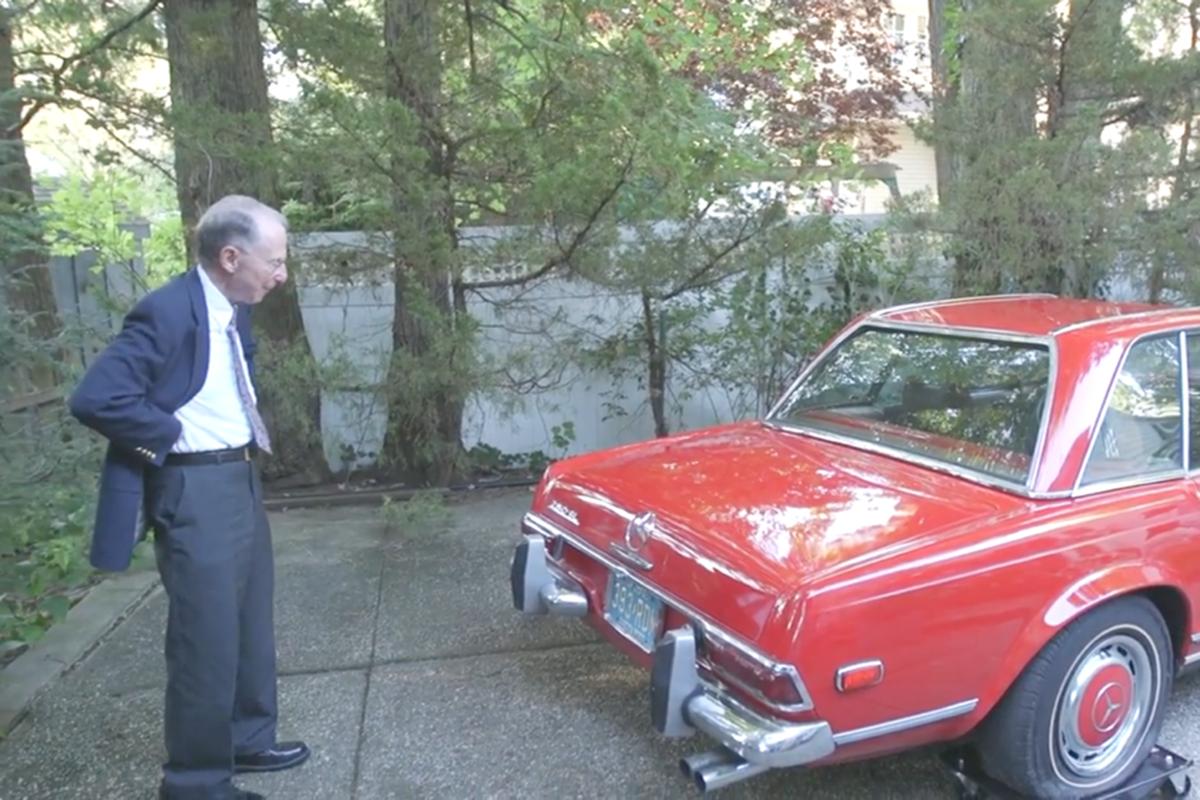一台停放了37年的奔驰首次清洗后,主人开心的像个小孩子