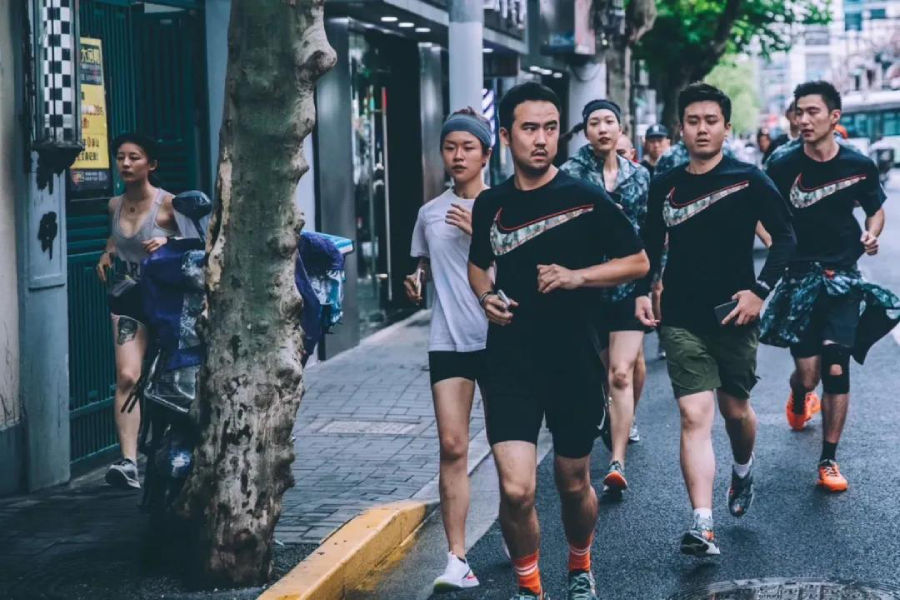 『CREW LOVE』为什么非要一群人一起跑步?