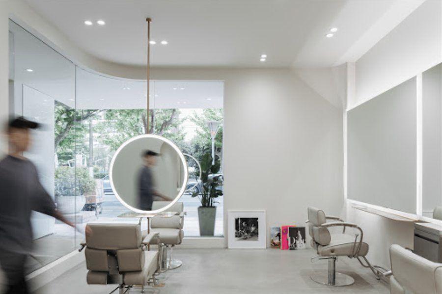 极简设计风格的理发沙龙,好似一个与世无争的洁白空间