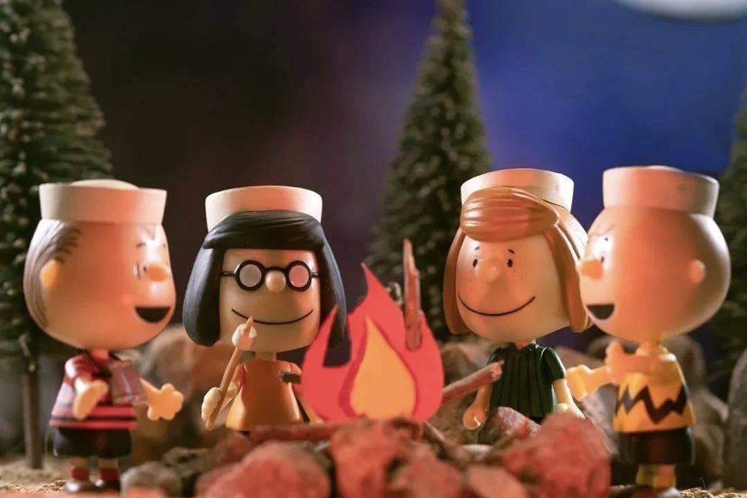 和《花生漫画》的小伙伴们围着篝火,奏响成长中的孤独曲